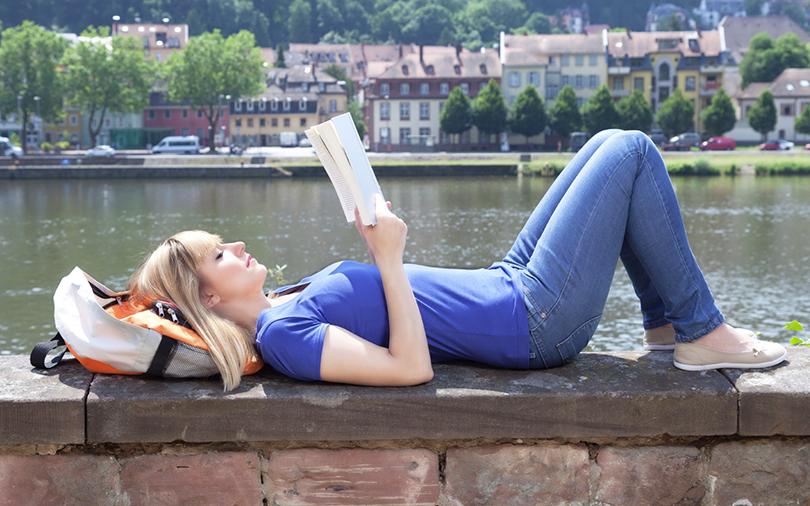 mulher-relaxando-lendo-um-livro Porque viajar sozinha(o) ? 7 motivos que faltavam pra te convencer