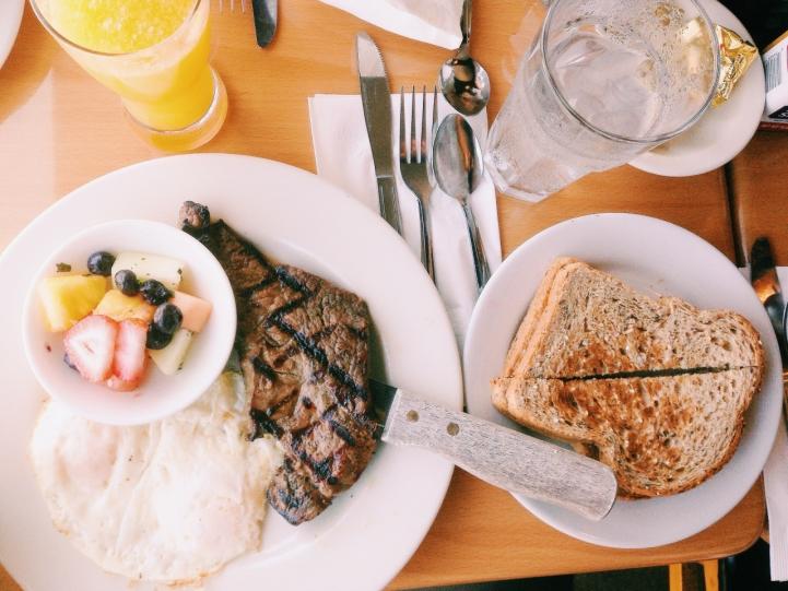 dicas-para-viajar-sozinho-comer-bem 30 Dicas (essenciais) para quem viaja sozinho