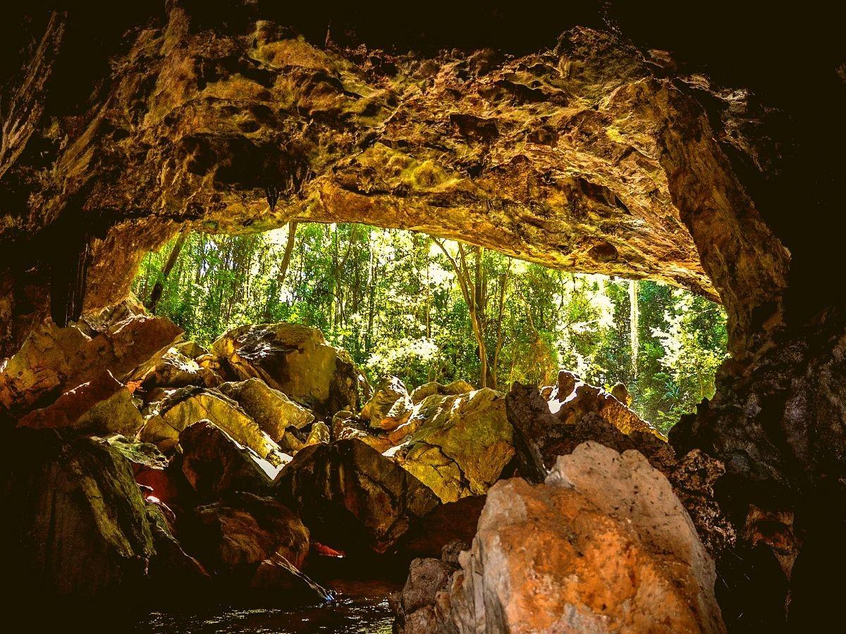 Gruta-Bacaetava-em-Colombo-turismo-Curitiba Bate e volta de Curitiba - top 16 cidades turismo