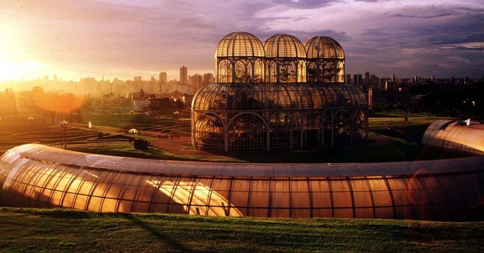 para-os-casais-que-querem-fugir-da-rotina-no-dia-dos-namorados-a-dica-e-aproveitar-os-pontos-turisticos-de-curitiba-no-jardim-botanico-que-tem-como-cenario-a-estufa-com-plantas-e-varios-c Tudo sobre o Natal em Curitiba 2020 e Guia